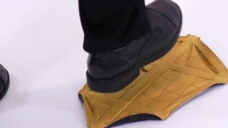 造型奇异的鞋套, 踩上去就包住脚, 方便又环保