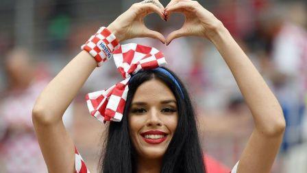克罗地亚美女球迷比心飞吻