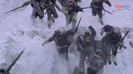土匪中伏掉进雪坑,解放军这时将手榴弹抛出, 炸起千层浪!