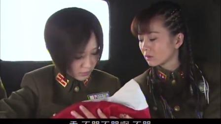 婴儿一直哭个不停,开车的女兵嫌烦,战友说车有问题骗女兵下车