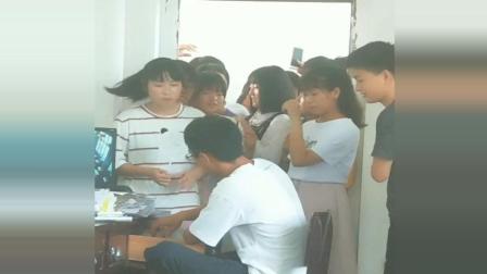 才刚放假, 全班女同学围堵班主任只为这事
