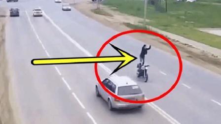 男子骑摩托车上路, 汽车感觉不对劲赶紧避让, 监控还原事发全过程