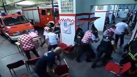 克罗地亚消防员看球时警铃大响 24秒出警