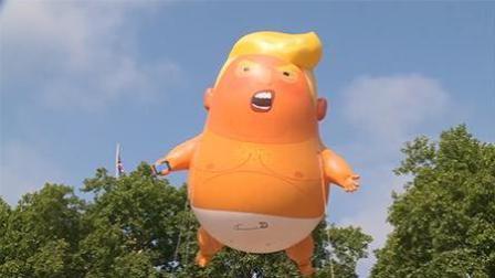 """伦敦群众放飞""""特朗普宝宝""""气球 市长亲自批准"""