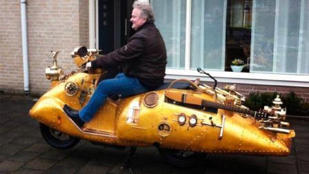 牛人在摩托车上加装蒸汽机, 不用加油, 网友: 夏天不热吗?