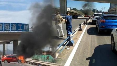 【重庆】小车横停车道上燃烧 黑烟滚滚冲天