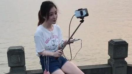 冯提莫户外直播与粉丝合影 两条大白腿特别抢镜