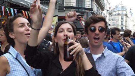 法国击败比利时 巴黎全城狂欢犹如闹革命