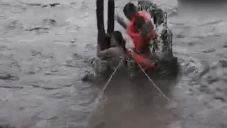 北京暴雨一女司机抱树求救 消防员水中救援
