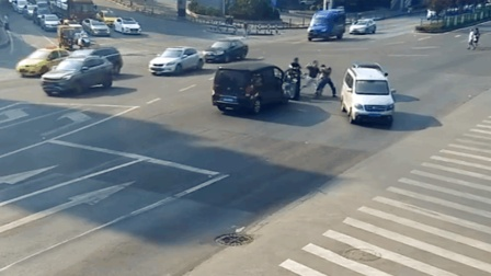 【重庆】小车闯红灯遭电动车拦停 2男子路中央扭打成团