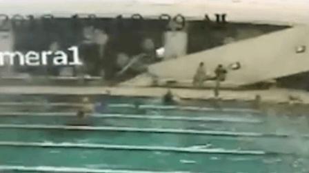 50余小孩上游泳课 天花板突然整片崩落