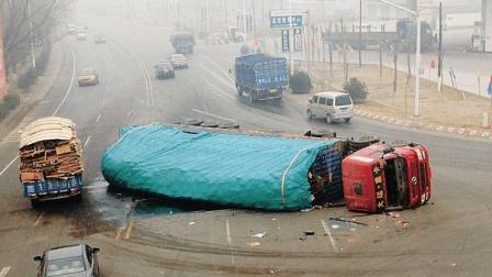 大货车踩爆刹车救下母女, 本以为能躲过一劫, 不料5秒后悲剧再次来袭!