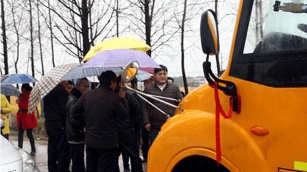 两幼儿园校车为抢生源斗气, 竟将幼童放路中央当人肉路障, 网友: 判刑!