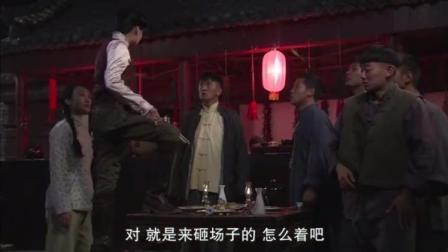 4个男人喝着酒,竟突然出现1个女人,手持马鞭一顿猛抽!