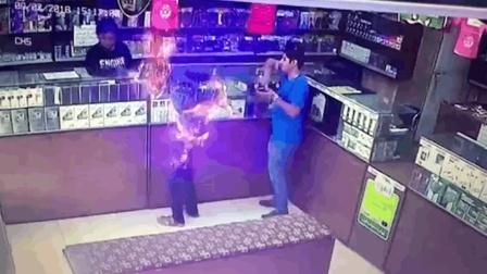 商店天然气泄露 男子点烟瞬间被大火吞噬