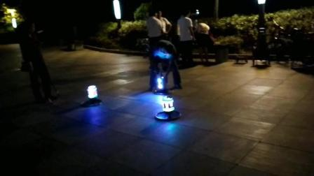 贵州六盘水: 人民广场晚上有人打陀螺 闪闪发光 挺好看哦