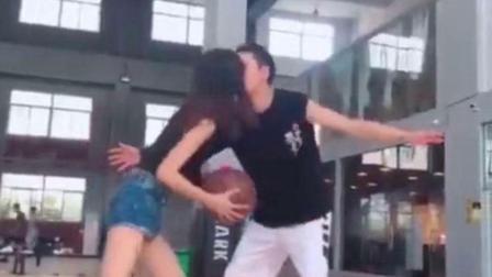 美女为投篮献吻防守球员使球员忘记阻拦