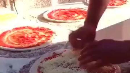 来看看意大利人是怎么做披萨的?看着就食欲大增!