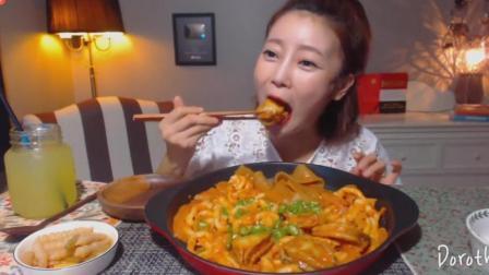 韩国吃播: 欧尼吃辣炒鲍鱼年糕条加宽粉, 一口一个大鲍鱼, 太过瘾了