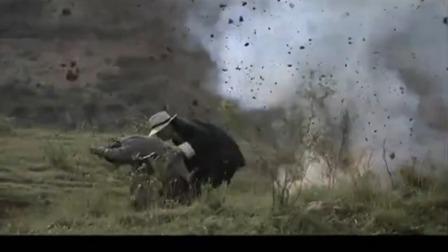 李向阳带男子逃跑,鬼子炮火袭击,两人跑老跑去就是打不着