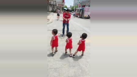 三胞胎宝宝被爸爸拉住了, 接下来宝宝开始向爸爸反抗了太可爱了!