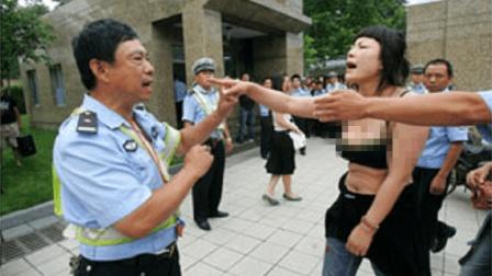 女司机违章被拦, 不满处罚竟当街撒泼耍赖, 还吼道: 交警打人了!