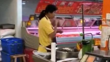 恶心!超市员工偷吃熟食区待售田螺再把壳扔回盆