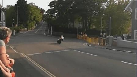 曼岛TT, 这速度能达到多少公里, 油门拧到底, 拐弯根本不减速