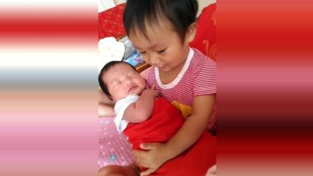 姐姐放学回来就抱着弟弟哄, 接下来姐姐的反应太可爱了!