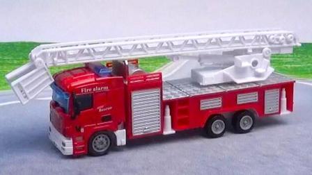 云梯消防车玩具视频: 消防车垃圾车工程车合金汽车玩具表演