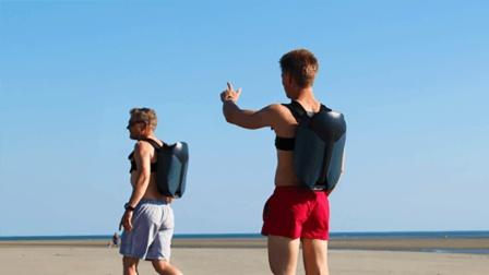 高科技喷气式背包, 底部会喷气, 背着它能在海底畅游