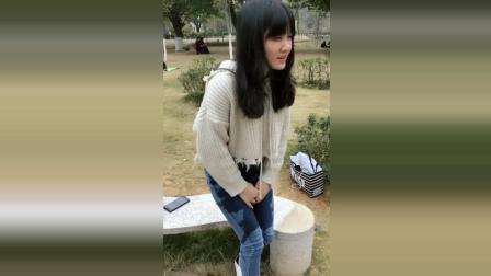 女生喝水发生意外, 结果裤子全部湿透, 在公园尴尬到不行!