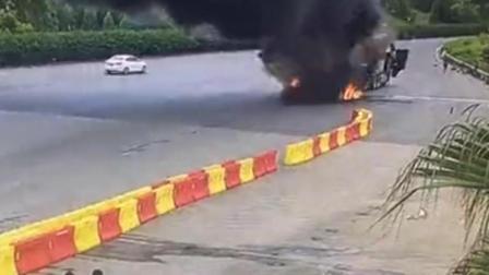 """现场眼 广西一货车自燃爆炸 6000件葡萄烧成""""葡萄干"""""""