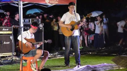 在浙江大学的草坪上, 这两位男生弹奏的吉他, 给人一种很清凉的感觉