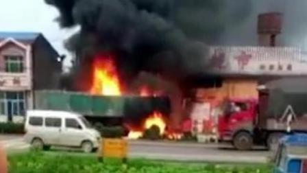 大货车失控撞入路边超市 货车起火
