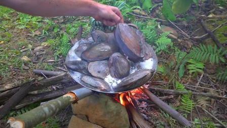 河蚌有吃过吗? 小伙子摸了一堆河蚌, 和菠萝一起炒, 太好吃了