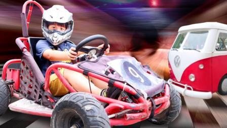 305 汽车博物馆天奕变身小小赛车手 开超好玩的卡丁车