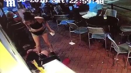监控:男子偷摸服务员屁股 反手就被美女暴打