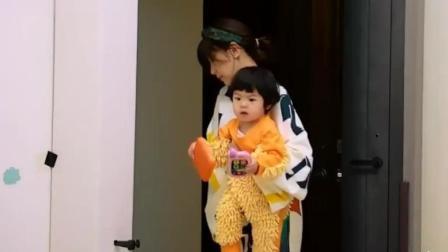 贾静雯给波妞穿上拖把衣, 小拖把到处爬爬吃吃, 超可爱的