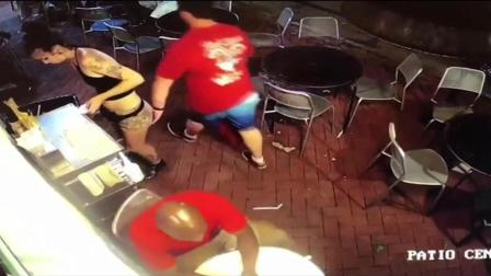 男顾客伸咸猪手袭臀 遭女服务生当场回击
