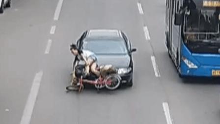 """女子""""鬼探头""""过马路被轿车撞飞"""