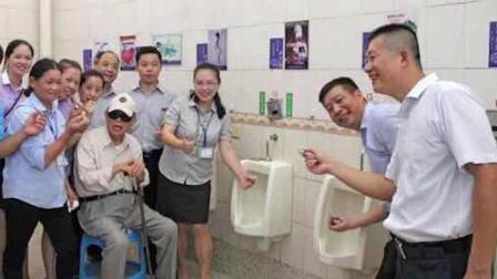 食品企业厕所培训 主管在小便池炒麻薯