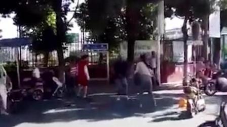女子街头与环卫工互殴