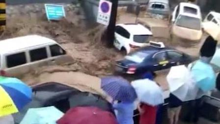 暴雨夜袭兰州致山洪 数十车被冲走