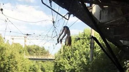 女孩桥边玩自拍不慎坠落 吊高压线上1小时