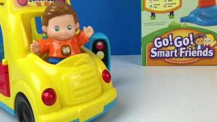 小孩子的玩具车过红绿灯