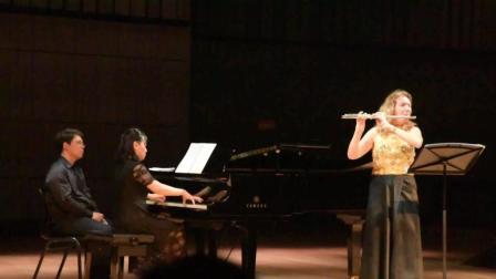 这位美女老外, 在音乐学院的舞台上表演的长笛演奏, 声音征服了很多人