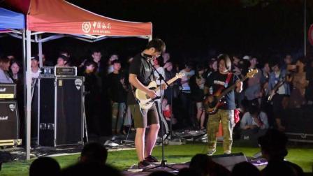 这位男生, 以一种近乎疯癫的状态演唱了一首歌曲, 观众却很喜欢
