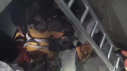 两人不慎坠入五米深坑 消防官兵紧急解困