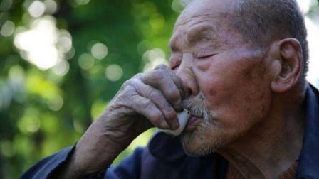 陕西106岁老寿星不愿与子女同住, 独居深山之中, 三餐必须有酒